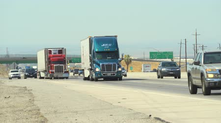 расширение : Heavy traffic on Interstate highway 5. Cars and trucks on the road - August 2017: Highway 5, California, US Стоковые видеозаписи