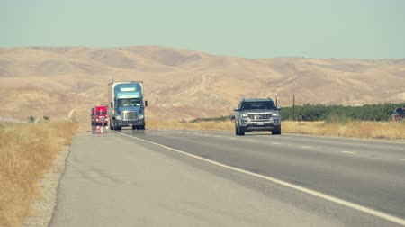 államközi : Traffic on the freeway. Trucks on the highway, California interstate - August 2017: Highway 5, California, US