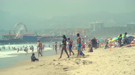 sierpien : Crowded Santa Monica beach. Crowd of people - August 2017: Venice beach, Los Angeles California, US Wideo