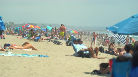 Венеция : Crowded Santa Monica beach. Crowd of people - Venice beach, Los Angeles.