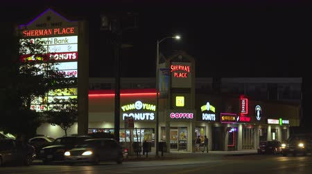 franczyza : Illuminated signage boards, signs on shopping mall at night - August 2017: Los Angeles California, US
