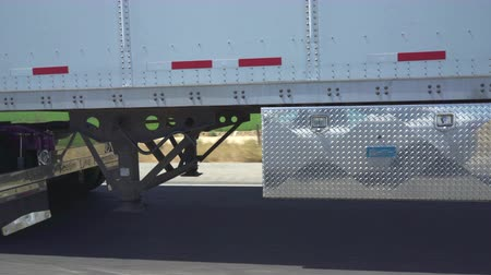államközi : pov shot of semi trailer truck traffic on highway - August 2017: Los Angeles California, US