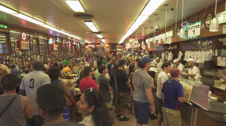 żyd : Busy restaurant. Men serving food in the counter. Katzs delicatessen - August 2017: Manhattan, New York City, NY, US