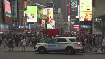 poliziotto : Volante della polizia lampeggiante in Time Square - agosto 2017: Manhattan, New York City, NY, Stati Uniti Filmati Stock