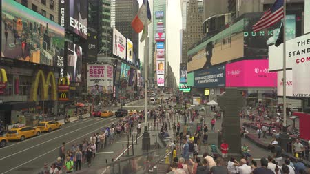 verkeersbord : Menigte van mensen in Time Square, drukke straatbeeld - augustus 2017: Manhattan, New York City, NY, VS. Stockvideo