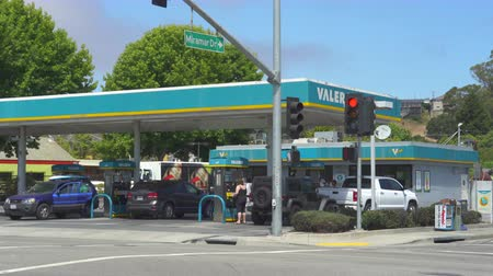 sierpien : Valero, American gas station - August 2017: Monterey, California, US