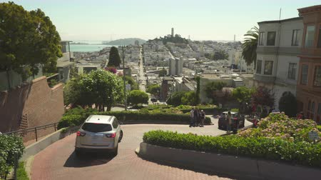 sierpien : Steepest street in San Francisco. The famous Lombard street - August 2017: San Francisco, California, US Wideo