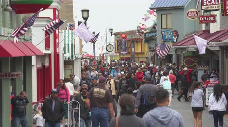túmulo : Crowded Old Fishermans Wharf boardwalk, street scene - August 2017: Monterey, California, US