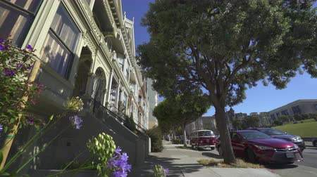 терраса : Painted Ladies houses, Haight-Ashbury district. Slider shot - August 2017: San Francisco, California, US