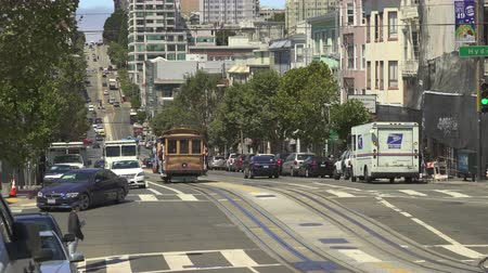 troli : San Francisco cable car. Traffic on the California st, busy street scene - August 2017: San Francisco, California, US