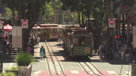 скат : San Francisco cable car. Cable car turning in the Powell st, busy street scene - August 2017: San Francisco, California, US Стоковые видеозаписи