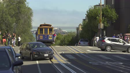 kabely : San Francisco cable car in Hyde street. Alcatraz island in the background - August 2017: San Francisco, California, US Dostupné videozáznamy
