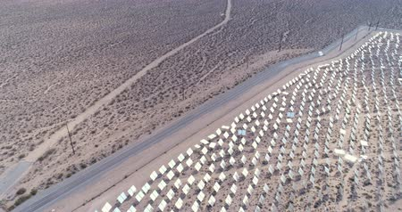 солнечный : flight over of solar panels, solar power plant - solar farm, Nevada