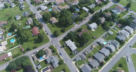banliyö : Aerial view of American suburb. Suburban homes in Pennsylvania - August 2017: Catasauqua, PA, USA Stok Video