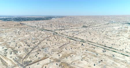 wiertarka : Aerial view of oil field, pumpjack. Aerial of oil pumps in desert - August 2017: Bakersfield, California, US Wideo