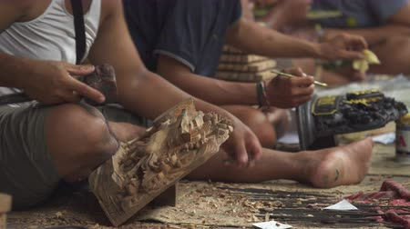kalapács : Asian wood carver working. Wood carving workshop Bali - October 2017: Sukawati, Bali, Indonesia Stock mozgókép