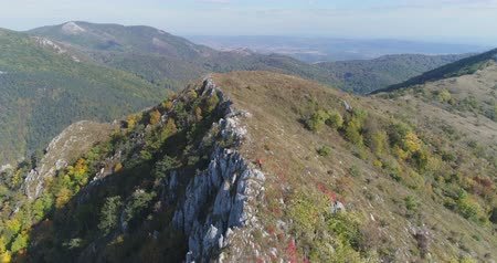 lado : Aerial view of man hiking on the edge of mountain - Transylvania Stock Footage