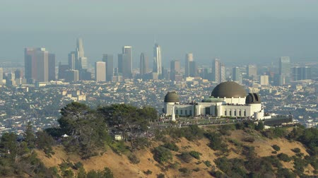 sierpien : Griffith Observatory building and downtown Los Angeles cityscape at sunset - August 2017: Los Angeles California, US Wideo
