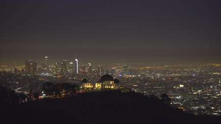 sierpien : Griffith Observatory building and Los Angeles lights at night - August 2017: Los Angeles California, US