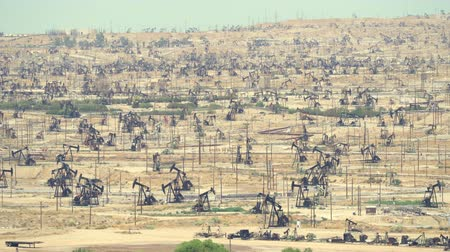 kövület : Thousands of pumpjack pumping in oil field, Bakersfield, California  - August 2017: Bakersfield, California, US