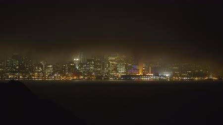 centrum : Foggy San Francisco cityscape at night - August 2017: San Francisco, California, US