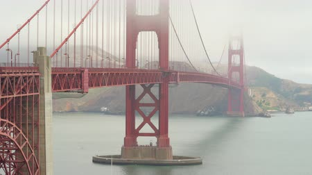 mlhavý : Foggy, misty golden Gate bridge San Francisco, California, US