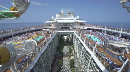 джакузи : Crowded cruise ship pool deck - Harmony of the Seas, Caribbean sea