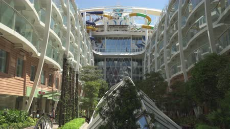 лайнер : Cruise ship promenade deck. Balconies in the boardwalk - Harmony of the Seas
