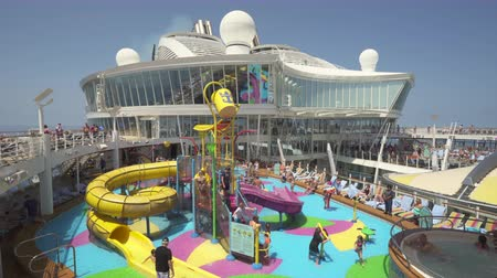 személyszállító hajó : Cruise ship aqua park, water slides in the pool deck - Harmony of the Seas Stock mozgókép