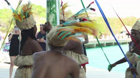 karibský : Traditionally dressed Haitian dancers show. Caribbean native dance performance