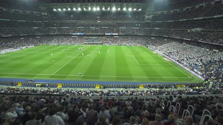 estádio : Crowded Santiago Bernabeu football stadium grandstand - April 2018: Madrid, Spain Stock Footage