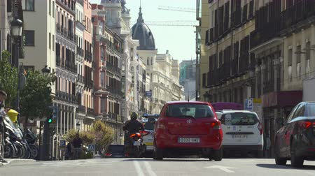 Мадрид : Traffic in central Madrid. Calle Mayor, busy street scene, cityscape - Spain