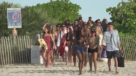 dunas : Entrada a Miami Beach Multitud de jóvenes van a la playa - Miami Beach Archivo de Video