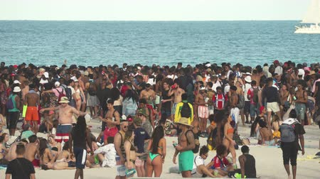 солнечные ванны : Crowded Miami Beach at spring break time. Beach full of people in a sunny day