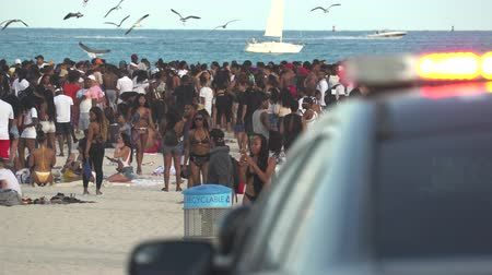 descanso : Crowded Miami Beach at spring break time. Beach full of people in a sunny day