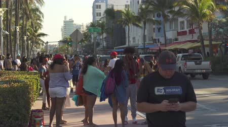 gyalogút : Miami beach cityscape, street view. Students and tourists walking at Ocean dr.