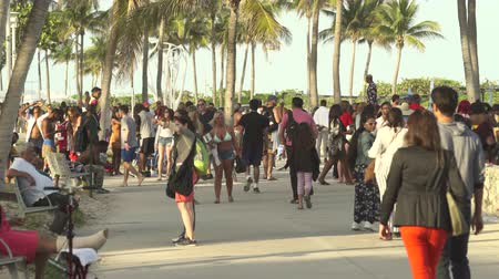 descanso : Miami beach cityscape. Crowds of students and tourists walking in the Lummus Park