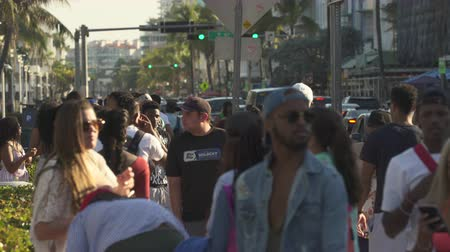 descanso : Miami beach cityscape, street view. Students and tourists walking at Ocean dr.