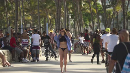 gyalogút : Miami beach cityscape. Crowds of students and tourists walking in the Lummus Park