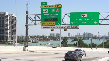 řídit : Miami cityscape, street scene. Traffic at Mac Arthur Causeway - Miami, Florida