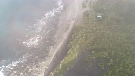 yeni zelanda : Aerial view of car driving in the coast. View trough the clouds - New Zealand