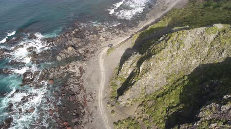 yeni zelanda : Aerial view of car driving in the coast - New Zealand