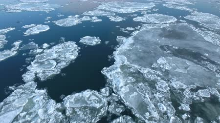 állapot : Flight over of of ice floes, drifting ice, glacial sea