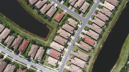 banliyö : Aerial shot of homes in a residential area in the suburbs of Florida
