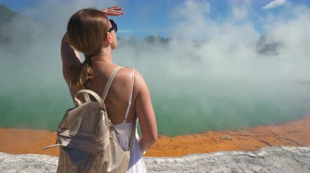 nový zéland : Woman tourist at geothermal basin, geyser - New Zealand, Rotorua, Waiotapu Dostupné videozáznamy