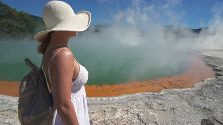 гейзер : Woman tourist at geothermal basin, geyser - New Zealand, Rotorua, Waiotapu Стоковые видеозаписи
