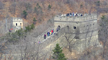 peking : Great wall of China. Tourists on the watch tower. - March 2017: China Dostupné videozáznamy