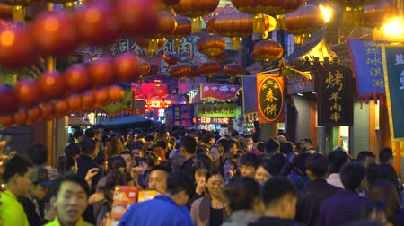peking : Crowded Wangfujing snack street at night - March 2017: Beijing, China Dostupné videozáznamy