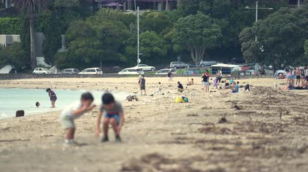 еж : Kids play on the beach - March 2017: Auckland, New Zealand