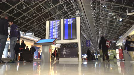 bavul : Information screen in the airport terminal hall - Char de Gaulle 2F, Paris Stok Video